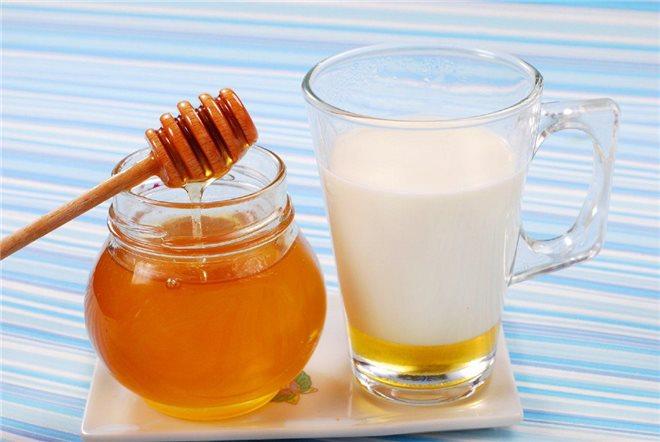 народные средства рекомендуют перед отправлением в постель выпить чашечку теплого молока, в которое можно добавить для вкуса немного корицы или меда.